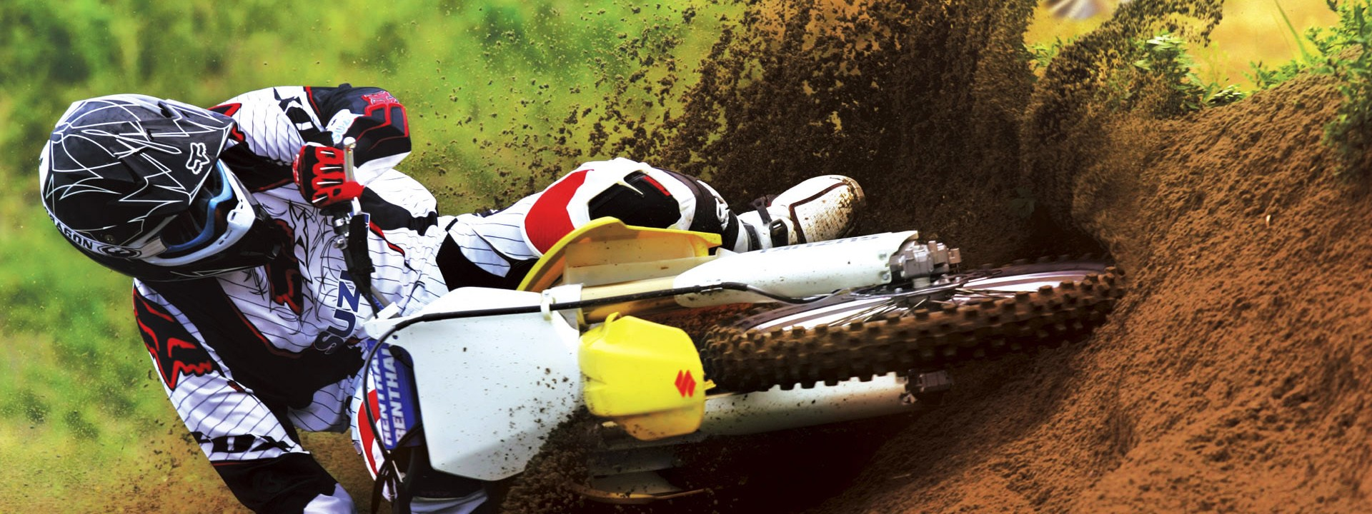 suzuki_motocross_bike_race-wide-e1440445128188